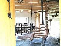 Otevřený prostor s velkým obývacím pokojem s krbem, jídelnou a kuchyní - chata ubytování Návsí