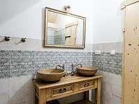 hlavní koupelna 2x umyvadlo + 1x WC a sprchový kout - chalupa k pronájmu Valašská Bystřice