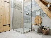 hlavní koupelna - 2x umyvadlo, 1x WC + sprchový kout - chalupa k pronajmutí Valašská Bystřice