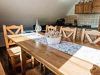 jídelní kout pro až 10 osob - chalupa k pronajmutí Valašská Bystřice
