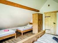 levandulový pokoj - 1x dvojlůžko a 2x jednolůžko - chalupa k pronajmutí Valašská Bystřice