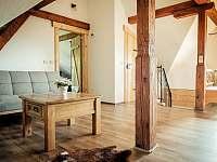 obývací prostor s přístýlkami (rozkládací gauč) - chalupa k pronájmu Valašská Bystřice