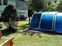 Společná zahrada s venkovním bazénem - apartmán ubytování Kozlovice
