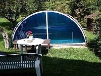 Společná zahrada s venkovním krytým bazénem - apartmán k pronajmutí Kozlovice