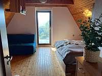 Větší ložnice s manželskou postelí, rozkládacím 2lůžkem a dětskou postelí - chata k pronájmu Baška