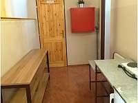 Chodba u pokoje č. 6 směrem ke společné kuchyňce pokojů č. 6 - 8. - Horní Bečva