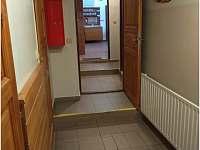 Chodba u pokojů č. 1 a 2 a dále do č. 3 a spodní společenské místnosti. - chalupa k pronájmu Horní Bečva