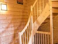 dřevěné schody do patra, kde jsou pokoje - Staré Hamry