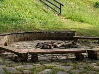 ohniště s lavičkami - chalupa k pronájmu Staré Hamry