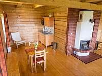 společenská místnost s centrálním krbem - pronájem chalupy Staré Hamry