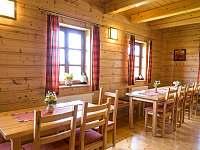 společenská místnost v přízemí dřevěnky - chalupa ubytování Staré Hamry