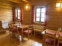 společenská místnost v přízemí dřevěnky - chalupa k pronájmu Staré Hamry