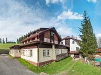 Vedle dřevěnice je hlavní budova Domu sv. Josefa s možností ubytování - pronájem chalupy Staré Hamry