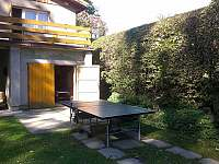 ping-pongovy stůl před garáží - chata k pronajmutí Hukvaldy