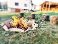 Ohniště s posezením - chalupa k pronájmu Horní Bečva