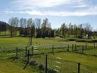 Výhled z terasy na golf hřiště - apartmán k pronajmutí Čeladná
