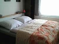 Ložnice s manželskou postelí - apartmán k pronajmutí Hutisko-Solanec