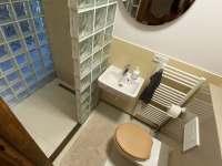 2. koupelna s designovým sprchovým koutem - Guty