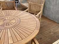 Terasa - jídelní stůl a gril na horní terase - chalupa ubytování Guty