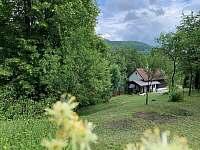 Pohled z boku - Chalupa obklopena okolní chráněnou přírodou - ubytování Lužná u Vsetína