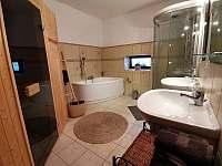 Koupelna s vanou, sprchovým boxem a saunou - chalupa k pronajmutí Palkovice