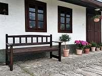 Posezení před chaloupkou - ubytování Palkovice