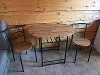 stolek a zidle - chata ubytování Trojanovice