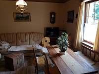 Stůl pro 8 lidí - pronájem chalupy Rajnochovice