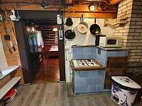 kuchyn kachlove kamna - pronájem chalupy Nýdek