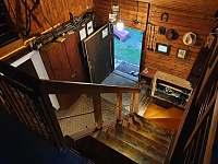 osvetlene schodiště - chalupa k pronajmutí Nýdek