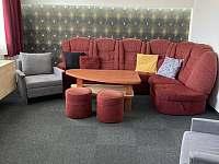 Obývací pokoj v přízemí - chalupa k pronájmu Vlachovice