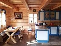 Jídelní část a kuchyň - chalupa ubytování Komorní Lhotka