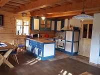 Kuchyň a vstup do světnice - chalupa k pronájmu Komorní Lhotka