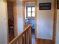 Malá chodba nahoře u ložnic a vstup do koupelny - chalupa k pronajmutí Komorní Lhotka