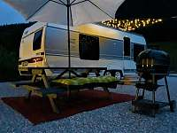 večerní posezení u karavanu - chatky k pronajmutí Halenkov
