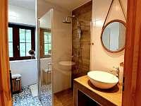 Koupelna s vanou a sprchovým koutem v přízemí - Pozděchov