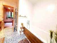 Koupelna v přízemí se sprchovým koutem a vanou - Pozděchov