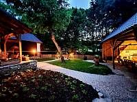 Prostřední zahrada s ohništěm a posezením - chalupa k pronajmutí Pozděchov