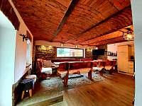 Společenská místnost s posezením a kuchyní č. 2 - chalupa k pronájmu Pozděchov