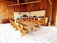 Venkovní plně vybavená kuchyně s grilem - pronájem chalupy Pozděchov