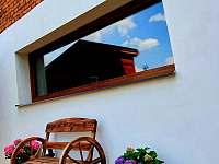 Zadní areál posezení u sauny - chalupa k pronajmutí Pozděchov