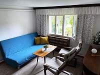 Obývací pokoj s pohodlnou rozkládací pohovkou - chalupa k pronájmu Solanec pod Soláněm