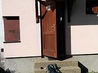 u vchodu - chalupa ubytování Velké Karlovice