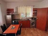 kuchyň přízemí - chalupa k pronajmutí Solanec pod Soláněm