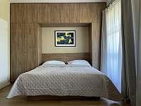 Ložnice - manželská postel - apartmán k pronájmu Velké Karlovice