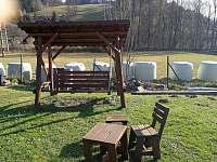 Houpačka a stoličky na zahradě pro děti