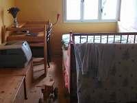 Pokojík s postelí, postýlkou a pracovním koutem