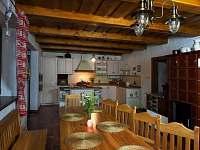Pohled na stylovou kuchyň s posezením a krbem