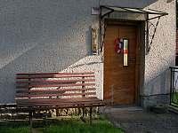 Lavička u vchodu - chalupa ubytování Čeladná