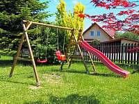 Dětské hřiště s pískoviště, houpačkami, prolézačkami a skluzavkou